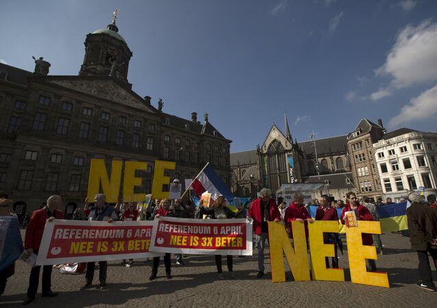 Manifestantes em Amsterdam defendem o voto contra a associação da Ucrânia com União Europeia