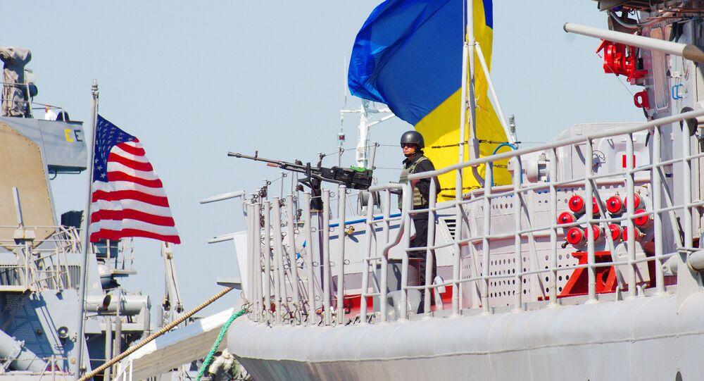 Navio militar norte-americano Donal Cook e a fragata ucraniana Getman Sagaidachny durante os exercícios navais Sea Breeze-2015 em Odessa, Ucrânia, 1 de setembro de 2015