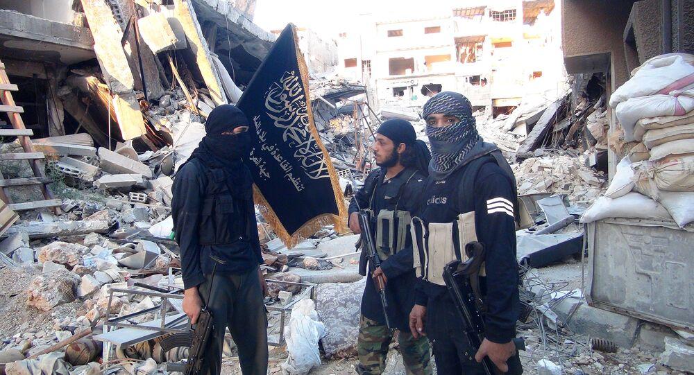 Jihadistas de Frente al-Nusra afiliada a Al-Qaeda's no destruido campo de refugiados palestino Yarmuk  ao sul de Damasco