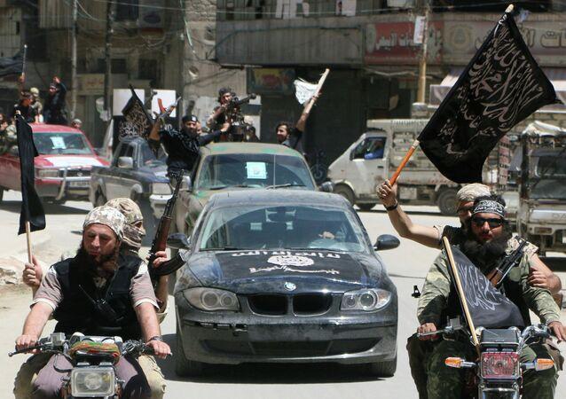 Jihadistas de Frente al-Nusra affiliada a Al-Qaeda's entram na cidade de Alepo no norte da Síria