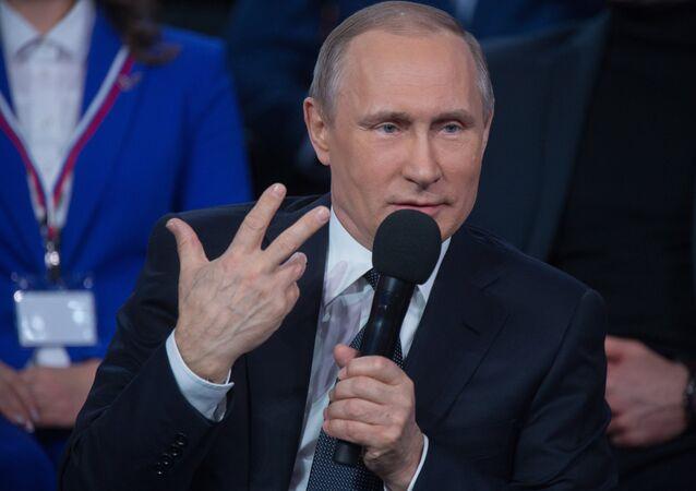 Vladimir Putin fala com microfone durante o fórum midiático Verdade e Justiça