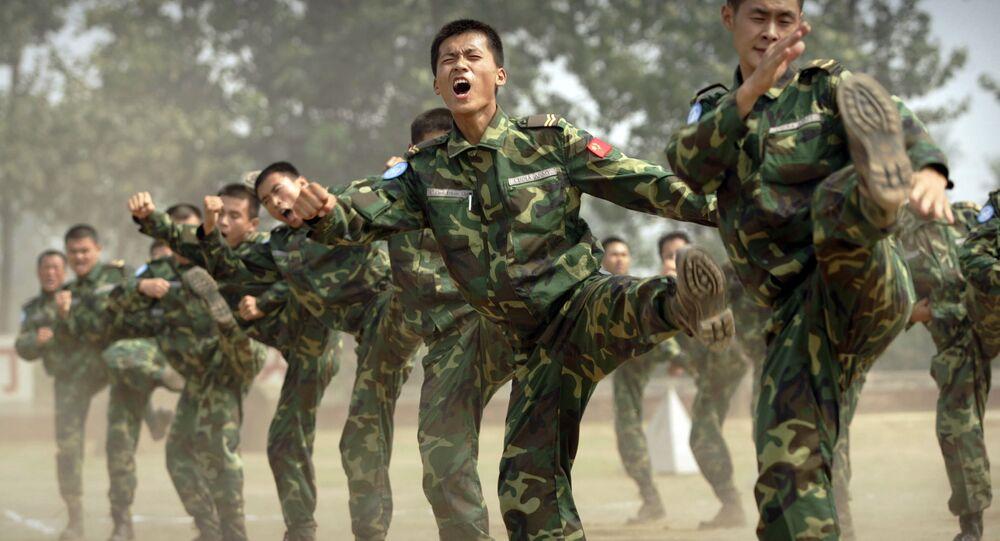 Soldados do Exército de Liberação Popular da China preparam-se para ser enviados para uma missão no Sudão, na base militar na província chinesa de Henan, 2007 (foto de arquivo)