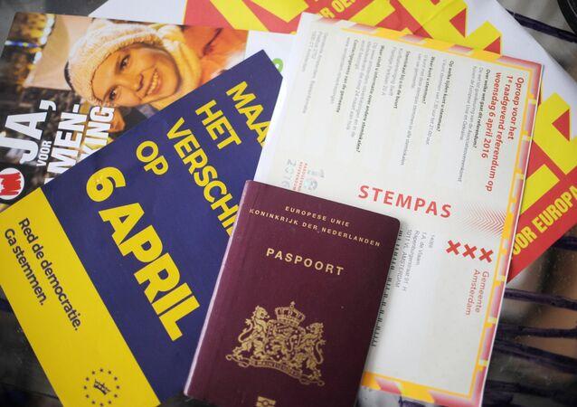 Documentos dum cidadão holandês durante o processo da votação