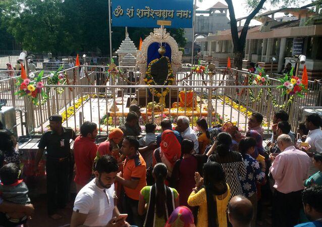 Fiéis do templo da divindade Shani