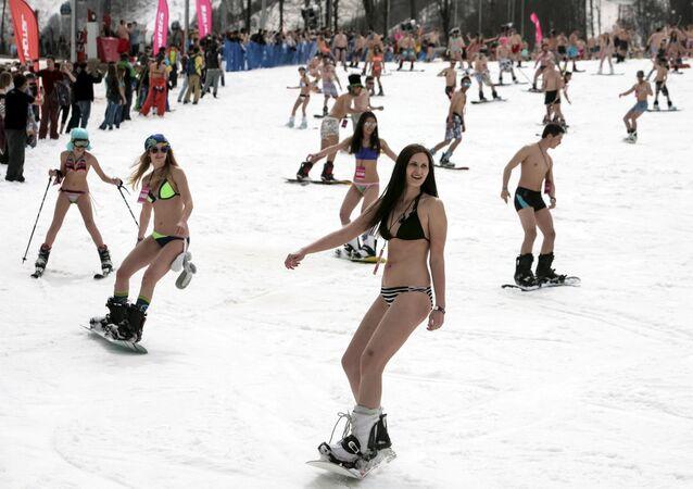 Os participantes de esqui de biquíni no festival de montanha BoogelWoogel no Parque Nacional de Sochi. O evento tem como objetivo estabelecer um recorde mundial Guinness.