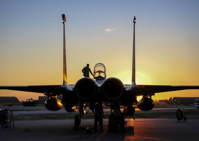 Caça F-15E Strike Eagle dos EUA na base aérea de Incirlik, Adana, Turquia
