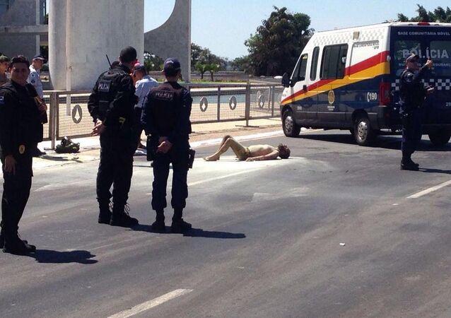 Homem ateia fogo a seu corpo em frente ao Palácio do Planalto