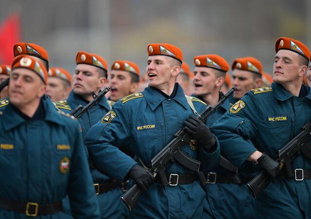 Participantes de colunas pedestres desfilam durante o ensaio da Parada da Vitória no subúrbio de Moscou de Alabino, Rússia, 11 de abril de 2016