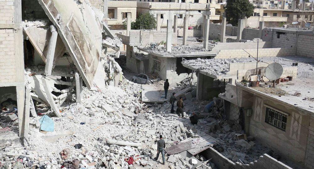 Homens andam no meio dos escombros de edifícios após ataques aéreos por forças leais ao presidente da Síria, Bashar al-Assad, em área controlada por rebeldes, perto de Damasco 11 março 2015