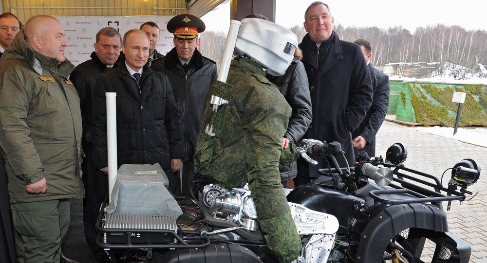 Presidente da Rússia, Vladimir Putin, observa um robô antropomórfico em janeiro de 2015