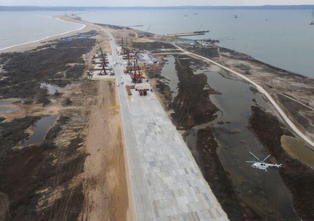 A construção da Ponte da Crimeia que ligará a península de Crimeia e a região de Krasnodar através do estreito de Kerch, ilha Tuzla, Rússia, 18 de março de 2016