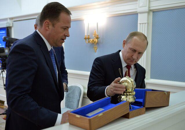 Presidente da Rússia Vladimir Putin (a direita) e Diretor da estatal russa Roscosmos Igor Komarov(a esquerda)