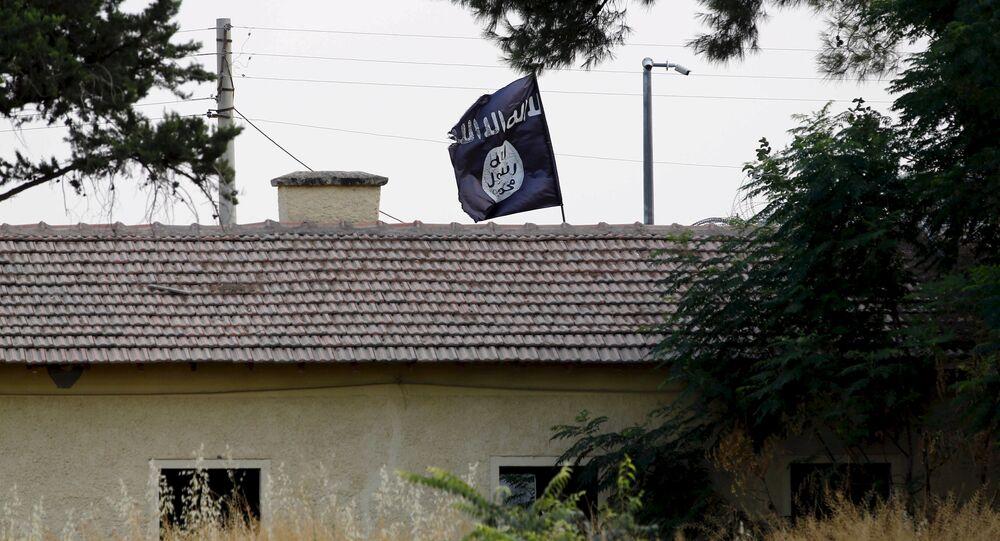 Bandeira do Daesh em um prédio localizado na fronteira da Síria com a Turquia