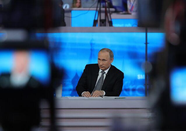 Presidente russo Vladimir Putin durante a Linha Direta no estúdio no complexo Gostiny Dvor, no centro de Moscou, perto do Kremlin, Moscou, Rússia, 14 de abril de 2016