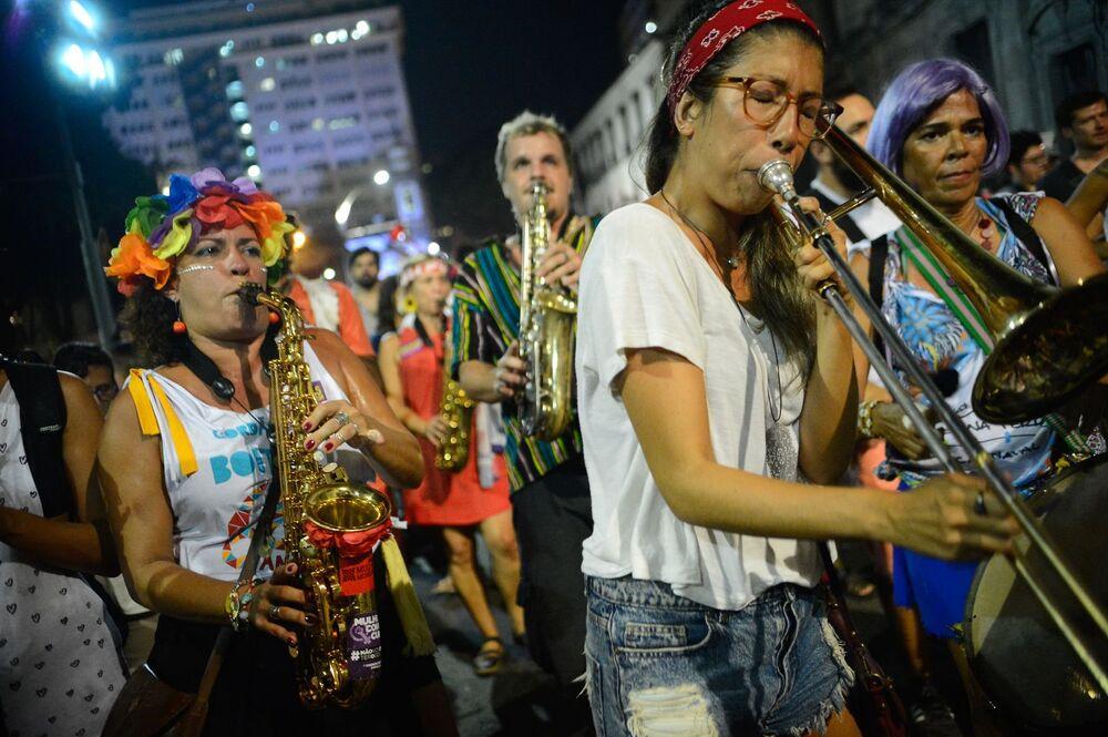 Mulheres participam do cortejo contra o golpe
