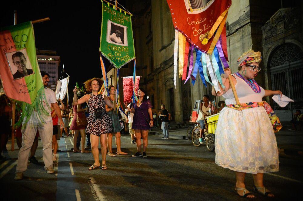 Alegria do Carnaval fora de época dá o tom dos protestos contra o impeachment no Rio