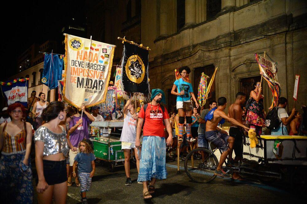 Movimento 'Ocupa Carnaval' se junta às manifestações contra o golpe no Centro do Rio