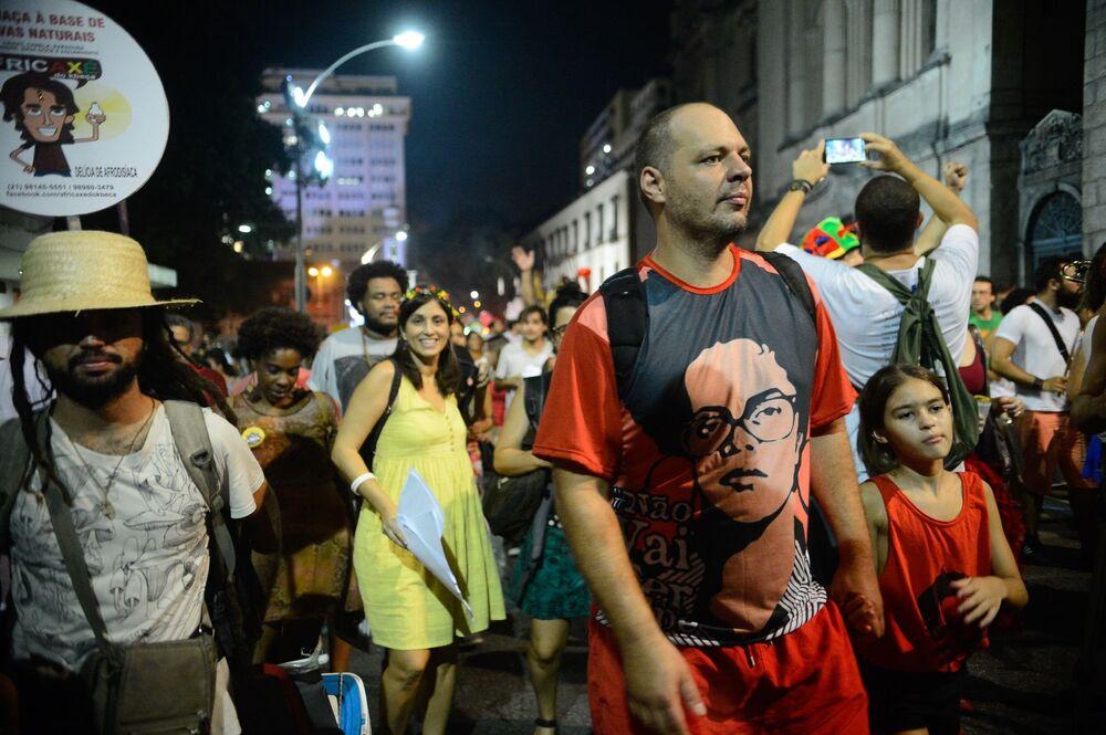 Manifestante usa camiseta com imagem de Dilma na juventude