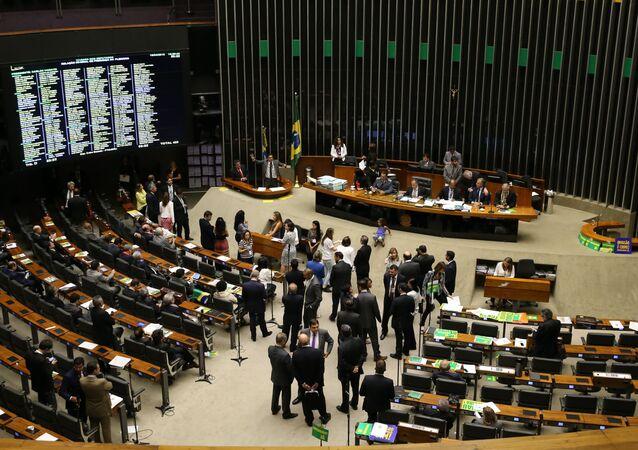 Câmara dos Deputados debate o impeachment antes de votação
