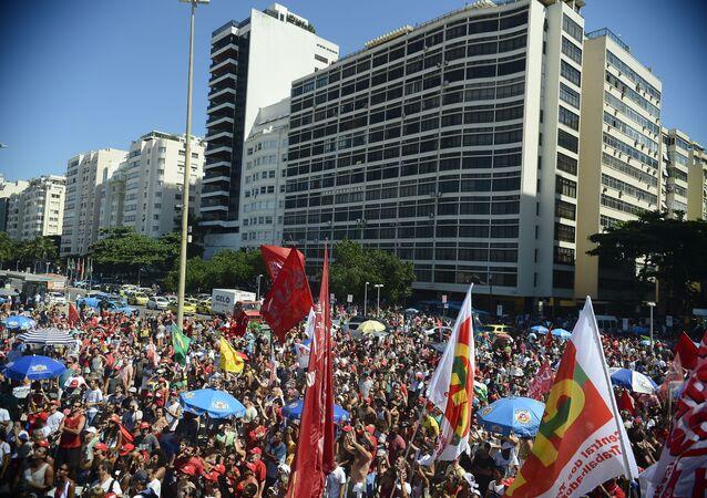 Ato contra o impeachment reúne manifestantes na orla de Copacabana