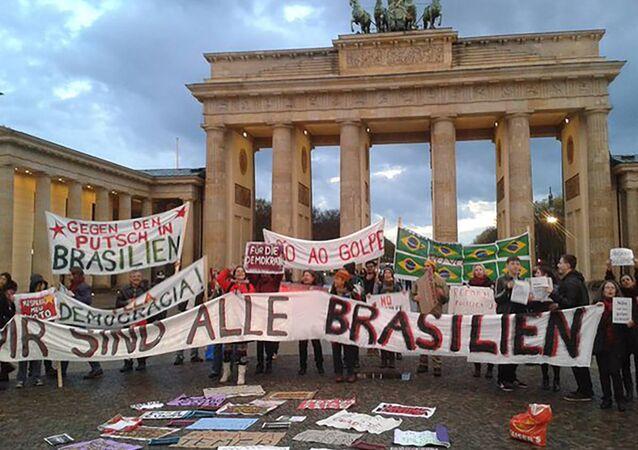 Brasileiros participando de protesto contra o governo de Michel Temer em Berlim (arquivo)