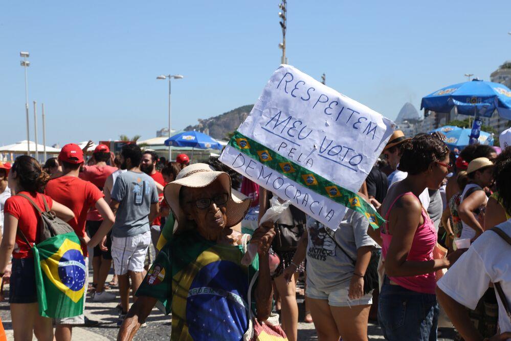 Manifestação em Copacabana contra a abertura do processo de impeachment da Presidenta Dilma Rousseff