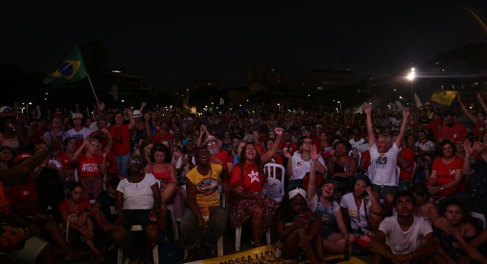 Manifestantes contra impeachment acompanham votação do processo no Rio de Janeiro