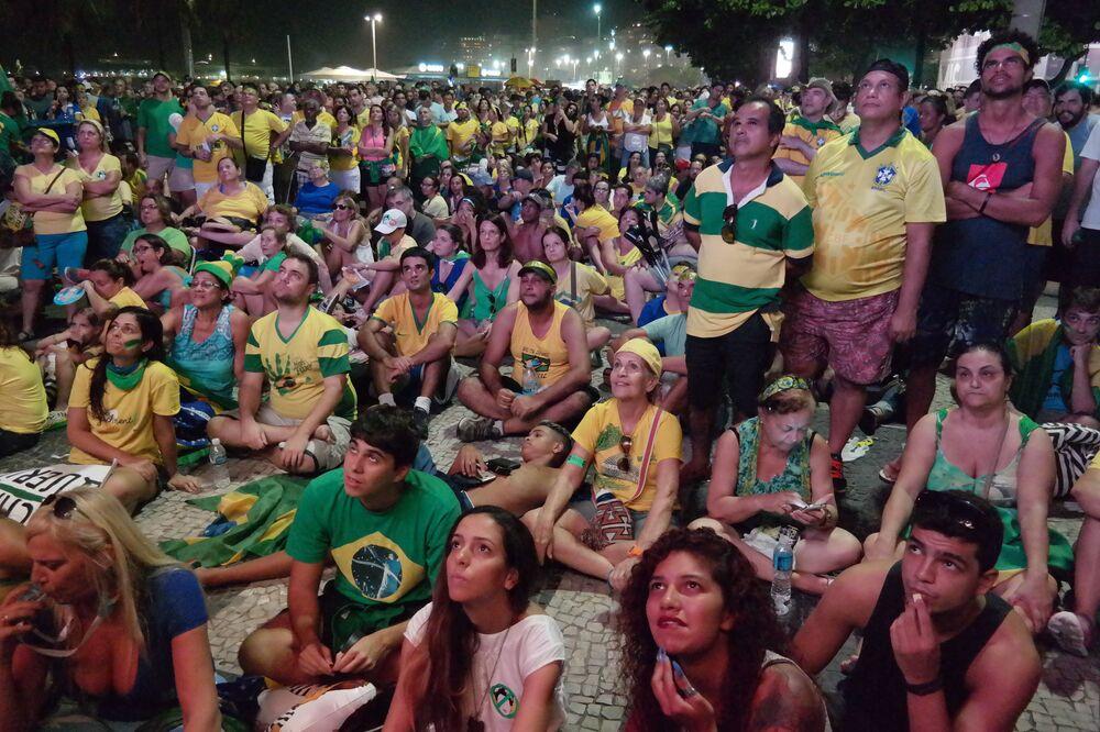 Rio de Janeiro - Manifestantes favoráveis ao impeachment da presidenta Dilma Rousseff, reunidos na orla de Copacabana, acompanham a votação na Câmara dos Deputados exibida em telões