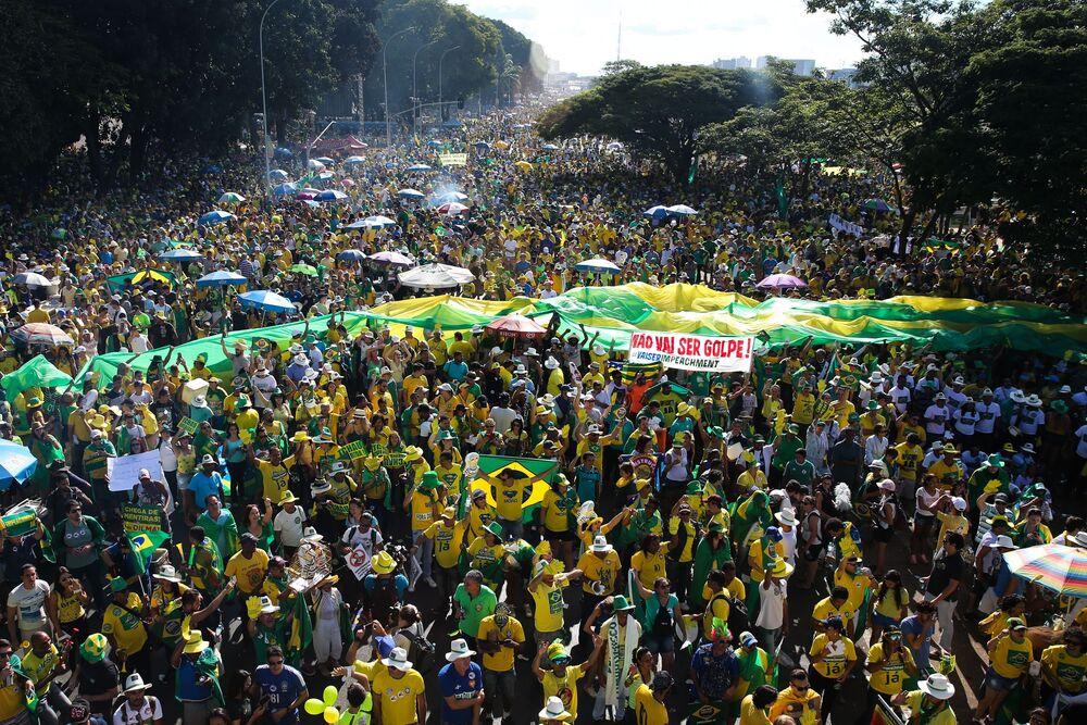 Brasília - Manifestantes favoráveis ao impeachment fazem ato na Esplanada dos Ministérios