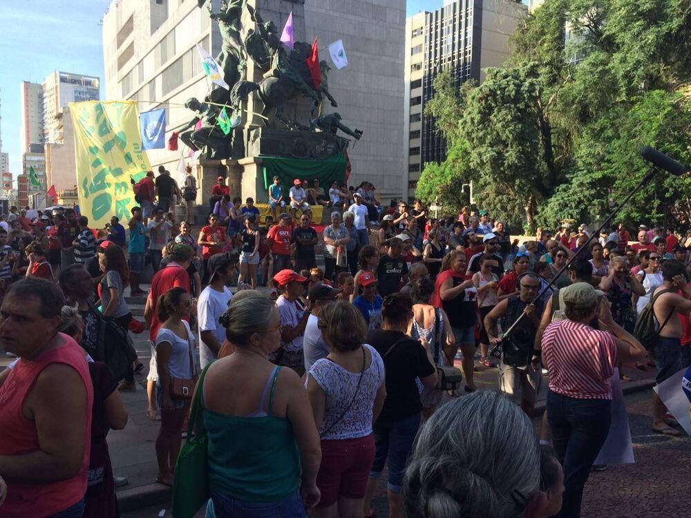 Manifestação em Defesa da Democracia, na praça da Matriz, em Porto Alegre