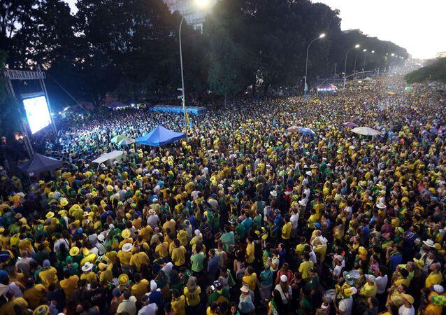 Na Esplanada dos ministérios, manifestantes favoráveis ao impeachment acompanham a votação