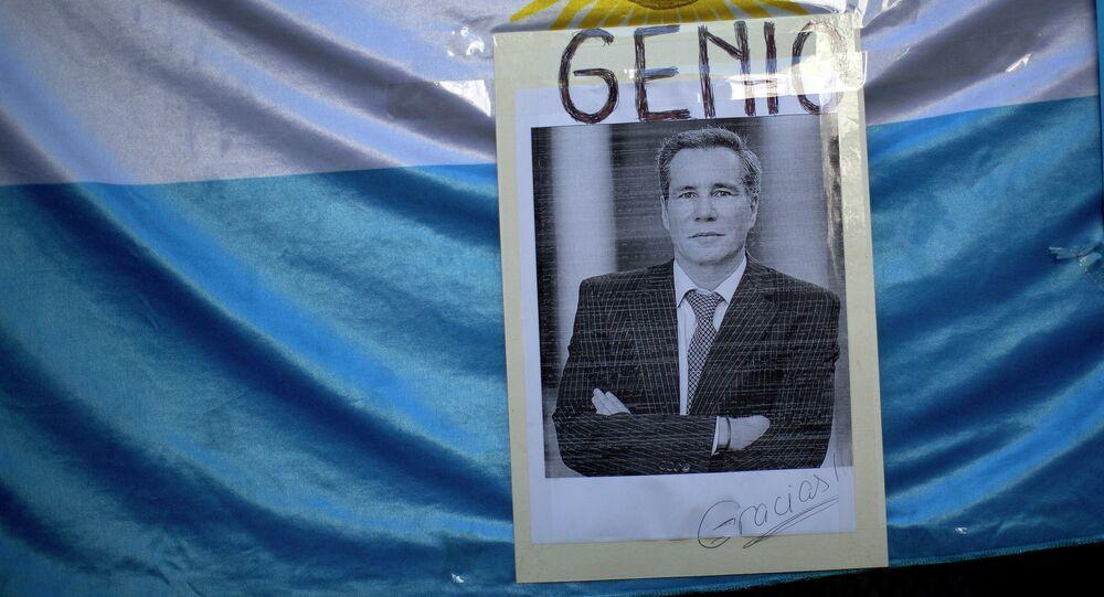 Fotografia de Alberto Nisman com bandeira da Argentina ao fundo