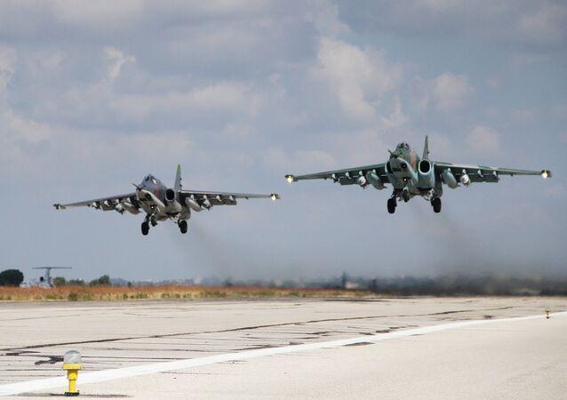 Aviões de ataque russos SU-25 decolando da base aérea militar na Síria