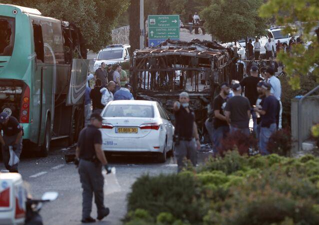 Autoridades israelenses acreditam que explosão de ônibus em Jerusalém foi provocada por terroristas