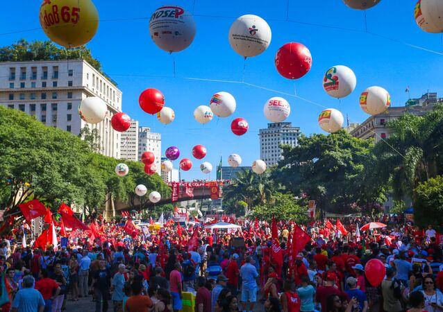 Ato dos Movimentos Sociais em Defesa da Democracia, no Vale do Anhangabaú, em São Paulo. 17/04/2016