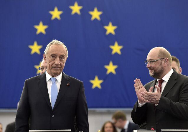 O presidente de Portugal, Marcelo Rebelo de Sousa, é aplaudido pelo presidente do Parlamento Europeu, Martin Schulz, antes de se dirigir aos eurodeputados em 13 de abril de 2016