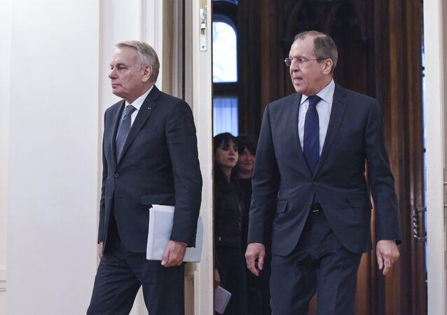 O ministro das Relações Exteriores da Rússia, Sergei Lavrov (direita), durante encontro com o seu colega francês Jean-Marc Ayrault em Moscou