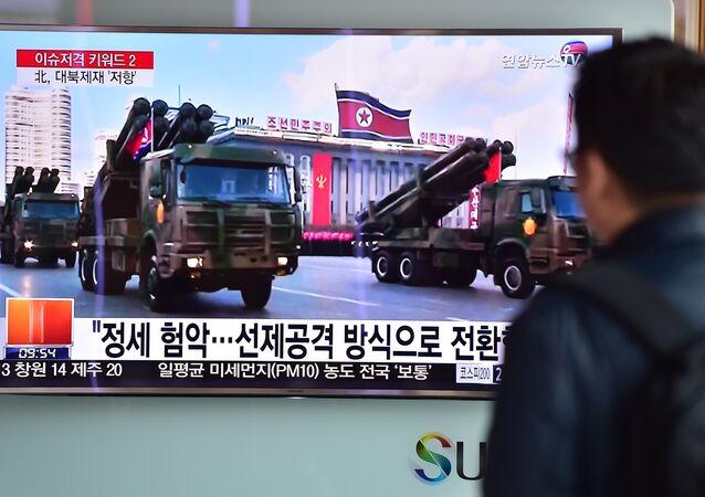 O desfile militar na Coreia do Norte, 4 de março de 2016