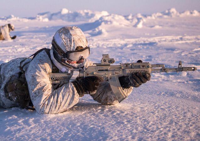 Efetivos das tropas russas durante exercícios na região do polo norte