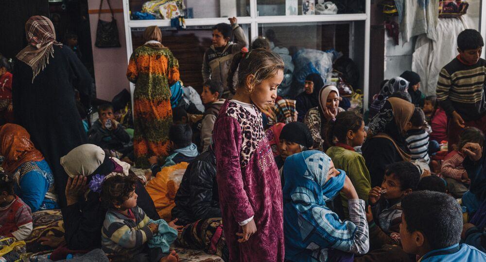 Crianças e mulheres num edifício para civis deslocados em Makhmour, ao leste de Mossul, Iraque (Foto de arquivo)