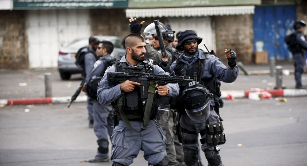 Os policiais israelenses protegem a área onde um palestino esfaqueou dois judeus israelenses antes que ele foi morto a tiros fora da Cidade Velha de Jerusalém.