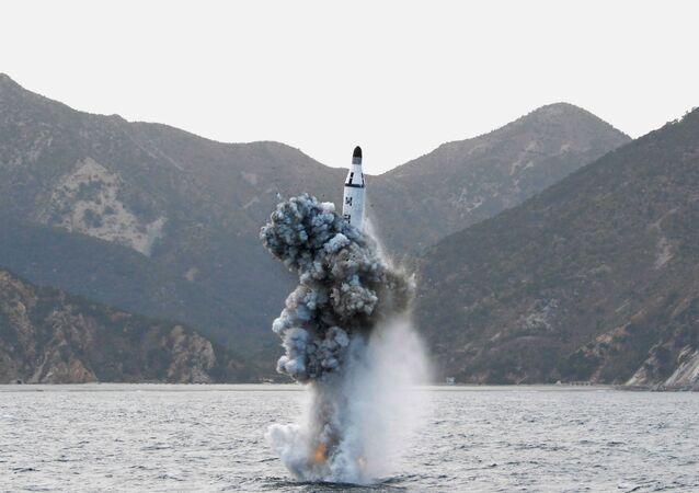 Míssil norte-coreano lançado de submarino (foto de arquivo)