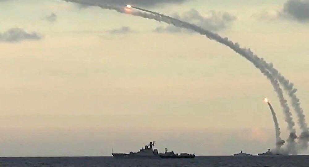 Navios da Frota do mar Cáspio realizam lançamentos de mísseis Kalibr-NK contra infraestruturas do Daesh a partir do mar Cáspio, novembro de 2015