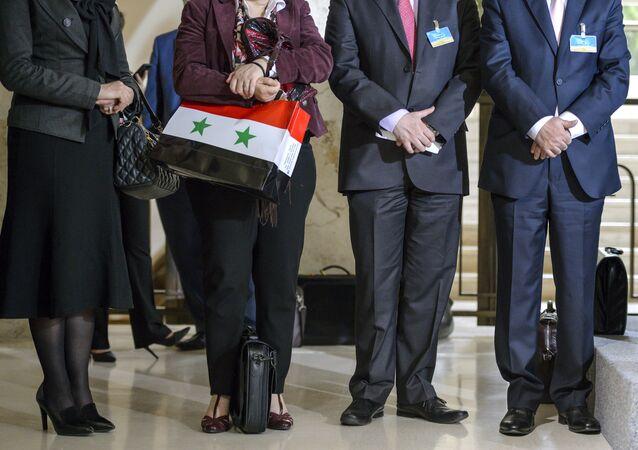 Membros da delegação de Damasco nas negociações sobre paz na Síria após encontro com o enviado especial da ONU para Síria Staffan de Mistura. Genebra, 18 de abril de 2016