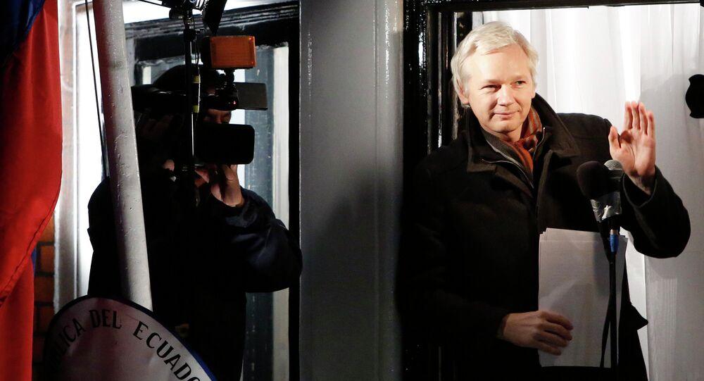 Fundador do Wikileaks, Julian Assange, na varanda da Embaixada do Equador. 20 de dezembro, 2012.