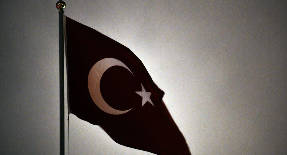 Bandeira turca sobre a embaixada da Turquia em Moscou, Rússia, abril de 2016