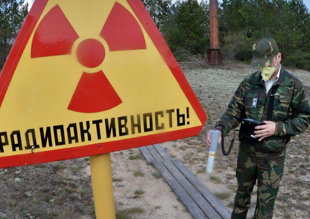 Funcionário da Reserva Radioecológica Estatal de Polesie (Bielorrússia) mede o nível de radiação do território da estação de pesquisa Maçany