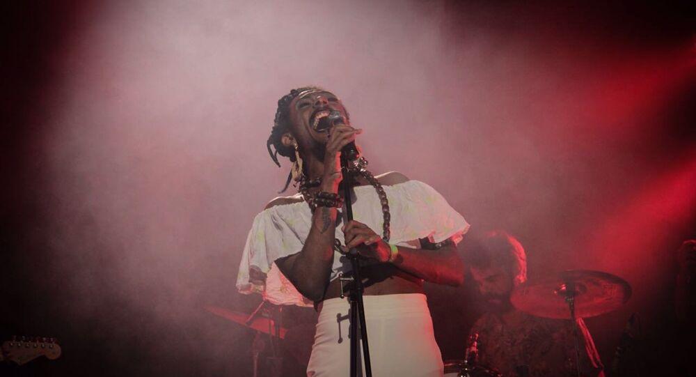 Liniker e sua banda Os Caramelows se apresentam nesta terça-feira no Teatro Sesc Ginástico