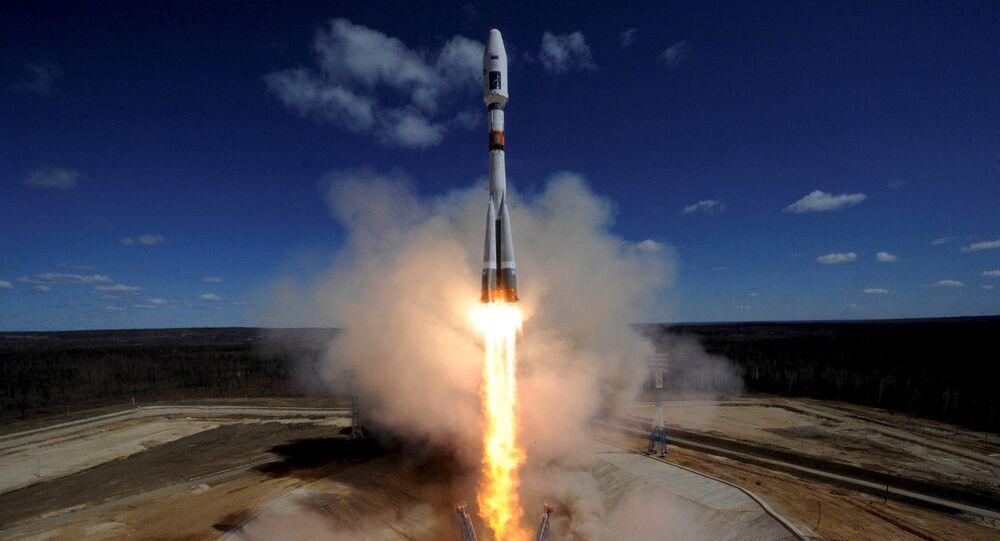 Foguete Soyuz-2.1a com três satélites a bordo: Lomonosov, AIST-2D e SamSat-218 é lançado do cosmódromo de Vostochny, Rússia, 27 de abril de 2016