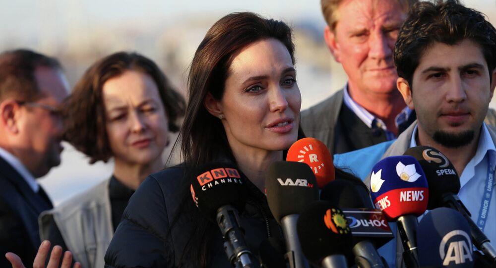 Angelina Jolie, atriz americana e embaixadora do ACNUR, visita o campo de refugiados iranianos em Khanke